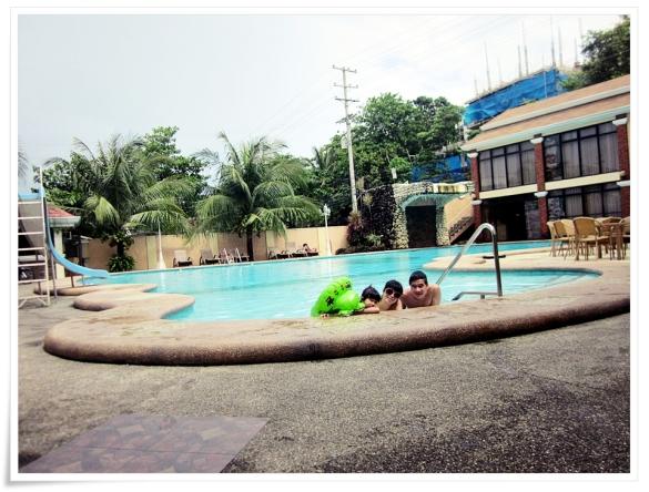 Cả nhà mỗi ngày 2 lượt vầy bể bơi. ^^